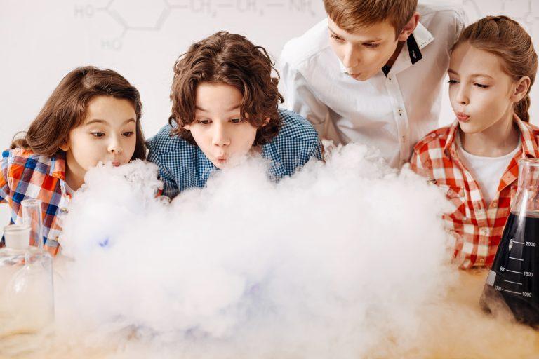 Szalone zajęcia laboratoryjne z okazji Dnia Dziecka
